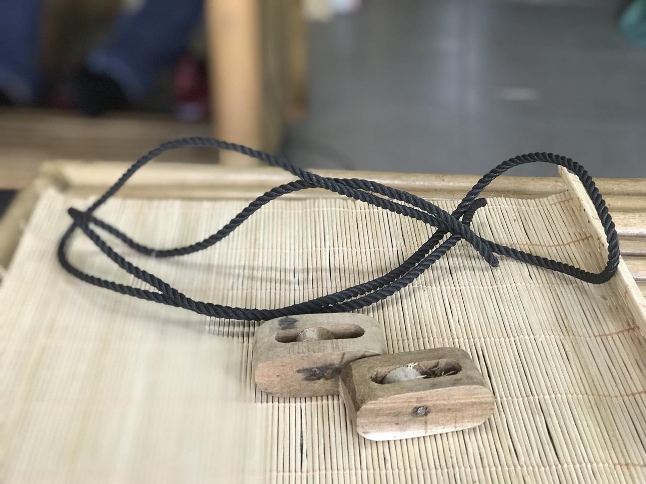 Ròng rọc gỗ và dây kéo mành